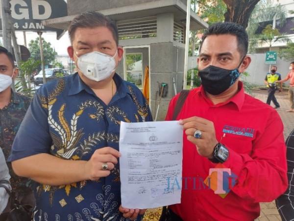 Kuasa hukum korban Mia Trisanti yakni Leo A. Permana (kiri) saat ditemui awak media di Persada Hospital, Jumat (18/6/2021). (Foto: Tubagus Achmad/MalangTIMES)
