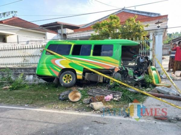 Kondisi minibus yang mengalami kecelakaan maut di jalan raya nasional Pamekasan-Sumenep. (Foto: Humas Polres for SumenepTIMES)