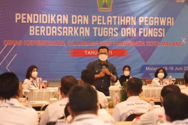 Wali Kota Malang Sutiaji saat memberikan pengarahan kepada para ASN di lingkungan Dinas Pemuda Olahraga dan Pariwisata (Disporapar) Kota Malang, Jumat (18/6/2021). (Foto: Humas Pemkot Malang)