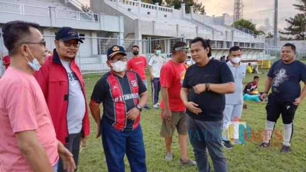 H Sugirah, Wakil Bupati Banyuwangi (no 3 dari kiri) saat menyaksikan seleksi pemain Persewangi Banyuwangi di Stadion Diponegoro Banyuwangi Nurhadi Banyuwangi Jatim TIMES