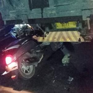 Diduga Mengantuk, Pengendara Sepeda Motor Tabrak Bak Truk Bermuatan Pasir di Kota Malang