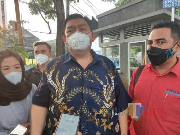 Koordinator tim kuasa hukum Mia Trisanti, yakni Leo A. Permana (baju batik), saat berada di Persada Hospital usai melihat kondisi korban penganiayaan oleh bos The Nine House, Jumat (18/6/2021). (Foto: Tubagus Achmad/MalangTIMES)