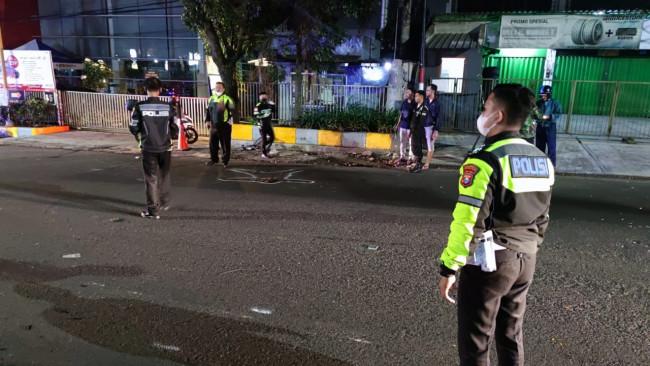 Petugas dari Unit Laka Lantas Polresta Malang Kota saat melakukan olah TKP di Jalan Sudanco Supriadi, Kota Malang.