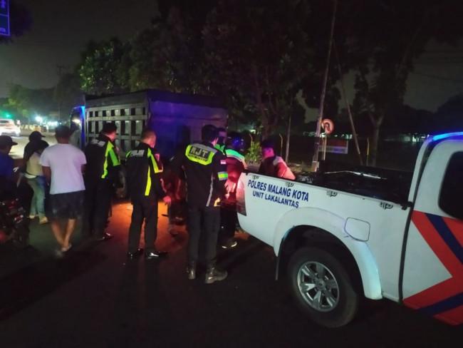 Pihak Unit Laka Lantas Polresta Malang Kota sedang melakukan evakuasi terhadap kendaraan yang terlibat kecelakaan lalu lintas.