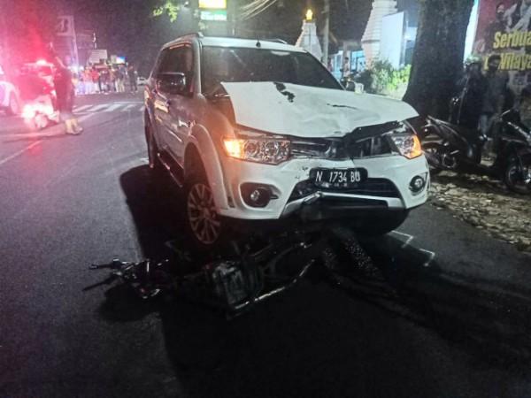Tampak mobil Mitsubishi Pajero yang ringsek dan di bawahnya terdapat sepeda motor Honda GL yang juga ringsek di Jalan Sudanco Supriadi, Kecamatan Sukun, Kota Malang, Minggu (20/6/2021). (Foto: Unit Laka Lantas Polresta Malang Kota)