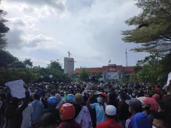 Demo warga Madura di Balai Kota Surabaya