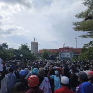 Demo Penyekatan, Ratusan Warga Madura Gruduk Balai Kota Surabaya