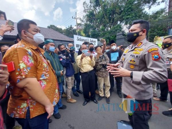 Kapolresta Malang Kota AKBP Budi Hermanto (kanan) saat bertemu kuasa hukum korban di Lapangan Mapolresta Malang Kota, Senin (21/6/2021). (Foto: Tubagus Achmad/ MalangTIMES)