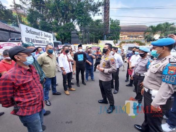 Kapolresta Malang Kota AKBP Budi Hermanto saat menemui puluhan aktivis di Lapangan Mapolresta Malang Kota, Senin (21/6/2021). (Foto: Tubagus Achmad/MalangTIMES)