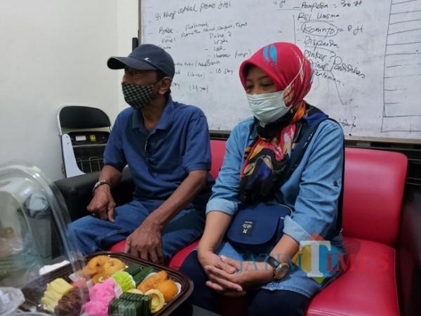 Kedua orang tua Mia Triasanti saat mendatangi Kantor MalangTIMES.com, Senin (21/6/2021). (Foto: Tubagus Achmad/MalangTIMES)