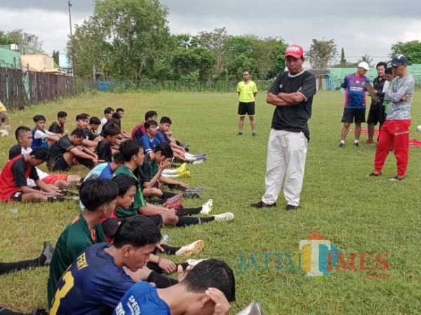 Manajemen Perssu Sumenep saat melakukan seleksi pemain di lapangan Stadion A. Yani.(Foto: Ist/SumenepTIMES)