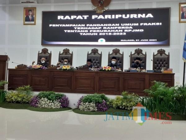 Rapat Paripurna Penyampaian Pandangan Umum Fraksi terhadap Ranperda tentang Perubahan RPJMD tahun 2018-2023 Kota Malang, Senin (21/6/2021). (Arifina Cahyanti Firdausi/MalangTIMES).
