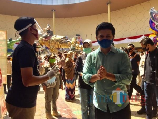 Wakil Gubernur Jawa Timur Emil Dardak saat memakai hand sanitizer di The Legend Stats beberapa saat lalu. (Foto: Irsya Richa/MalangTIMES)