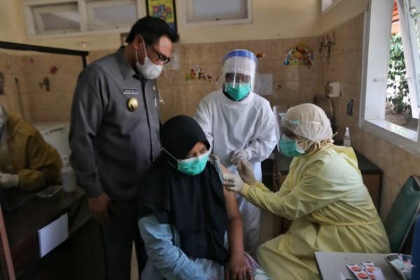 Wakil Wali Kota Malang Sofyan Edi Jarwoko (paling kiri) saat meninjau pelaksanaan vaksinasi Covid-19 di Puskesmas Polowijen. (Foto: Humas Pemkot Malang for MalangTIMES).