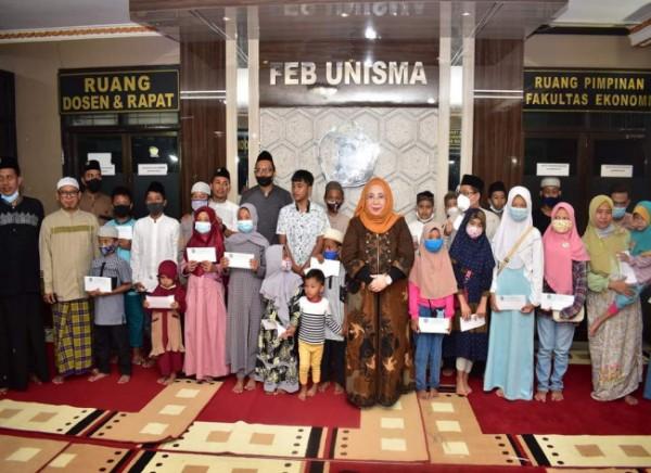 Dekan FEB Unisma, Nur Diana (kerudung orange) saat bersama dengan para anak yatim (Ist)