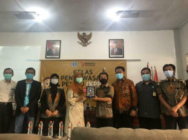 Dekan Fakultas Hukum Unikama, Dr Suciati SH MH (empat dari kiri) saat menerima cinderamata dari Ketua Bawaslu Kota Malang, Alim Mustofa (lima dari kiri)(Ist)