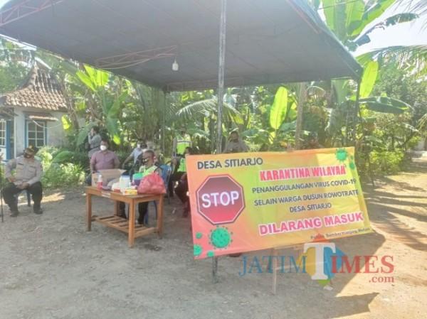 Pihak Polisi dan TNI saat berjaga di Dusun Rowotrate, Desa Sitiarjo, Kecamatan Sumbermanjing Wetan, Kabupaten Malang (foto: Hendra Saputra/MalangTIMES)