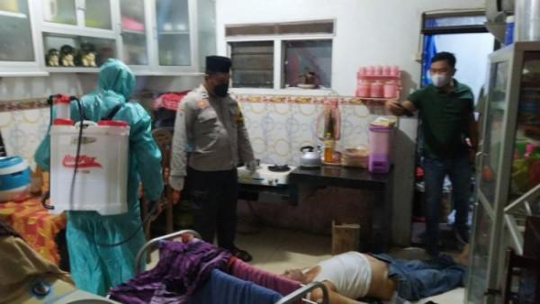 Polisi saat olah TKP seorang warga yang meninggal mendadak di Sukun Kota Malang (foto istimewa)