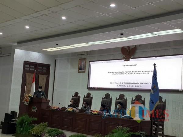 Rapat paripurna di ruang sidang DPRD Kota Malang. (Arifina Cahyanti Firdausi/MalangTIMES)