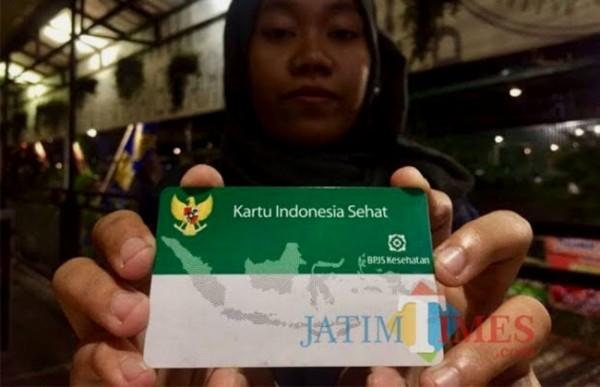 Salah satu warga menunjukkan kartu BPJS Kesehatan. (Foto: Irsya Richa/ MalangTIMES)