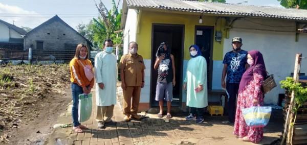 Sugianto (tengah) saat dijemput untuk dibawa kerumah sakit oleh pihak Kecamatan Lawang (foto: istimewa)