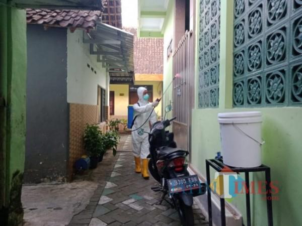 Penyemprotan sterilisasi pencegahan penyebaran Covid-19 oleh petugas di wilayah Rampal Celaket. (Tubagus Achmad/MalangTIMES).