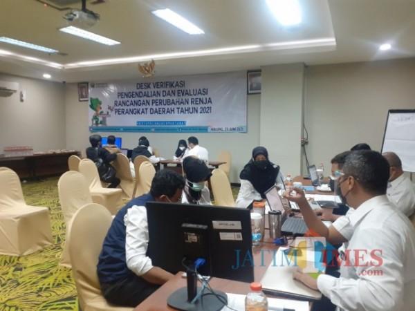 Suasana kegiatan Desk Verifikasi Pengendalian dan Evaluasi Rancangan Perubahan Renja Perangkat Daerah tahun 2021 yang digelar Badan Perencanaan Pembangunan Daerah (Bappeda) Kota Malang Savana Hotel, Rabu (23/6/2021). (Arifina Cahyanti Firdausi/MalangTIMES).