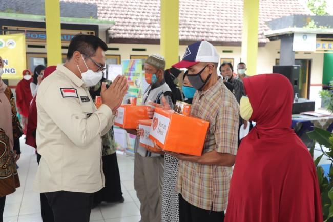 Wakil Wali Kota Malang Sofyan Edi Jarwoko saat memberikan bantuan kepada para fakir miskin dan lansia.