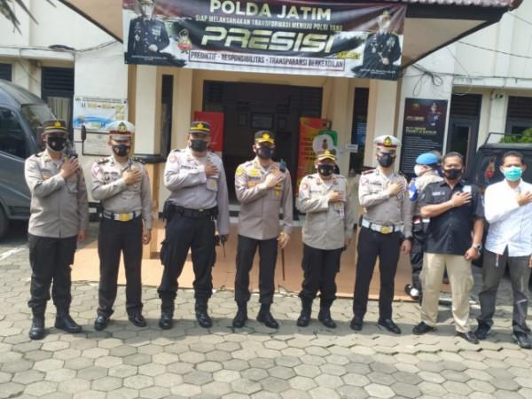 Kapolresta Malang Kota AKBP Budi Hermanto (empat dari kiri) usai meninjau pelaksanaan vaksinasi masal di Polsek Sukun, Kamis (24/6/2021). (Foto: Tubagus Achmad/MalangTIMES)
