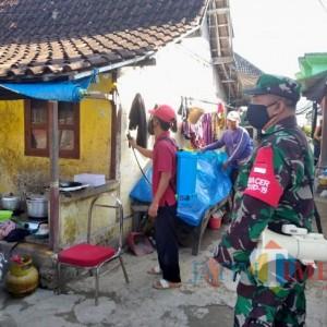 Kades Karangagung Palang Tuban, Edukasi Warga Lingkungan Bersih dan Penyemprotan Disinfektan