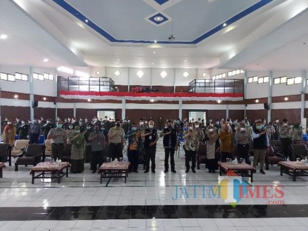 Kepala BPPSDMP Dedi Nursyamsi (tengah) usai memberikan kuliah umum di acara Dies Natalis Ke-3 Polbangtan Malang, Kamis (24/6/2021). (Foto: Tubagus Achmad/MalangTIMES)