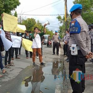 Banyak Guru 'Nakal' di Kepulauan Sumenep, Mahasiswa Demo Disdik