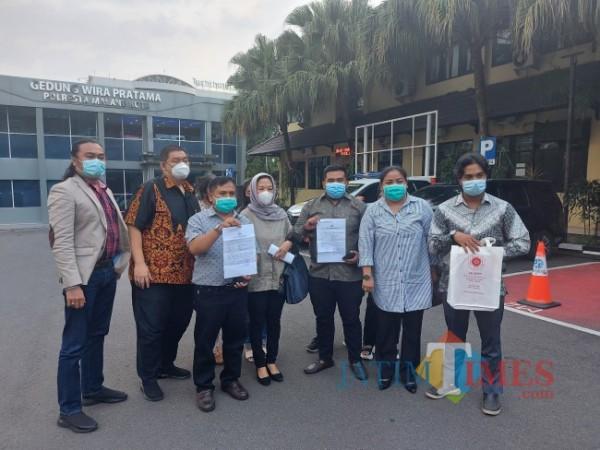 Tim kuasa hukum bersama ketiga korban perampasan dan ancaman kekerasan usai melaporkan pemilik The Nine House Alfresco ke Mapolresta Malang Kota, Rabu (23/6/2021). (Foto: Tubagus Achmad/MalangTIMES)