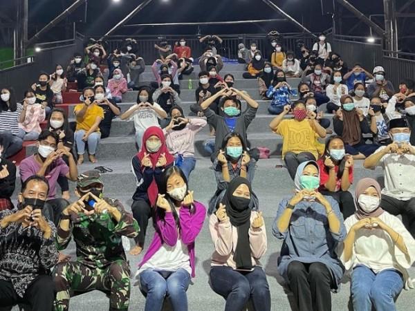 Wali Kota Batu Dewanti Rumpoko bersama siswa SPI Kota Batu beberapa saat lalu di lingkungan SPI Kota Batu. (Foto: instagram Dewanti Rumpoko)
