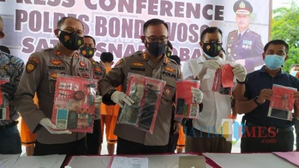 Kapolres Bondowoso AKBP Herman Priyanto sedang menunjukkan barang bukti. (Foto: Abror Rosi/JatimTimes)