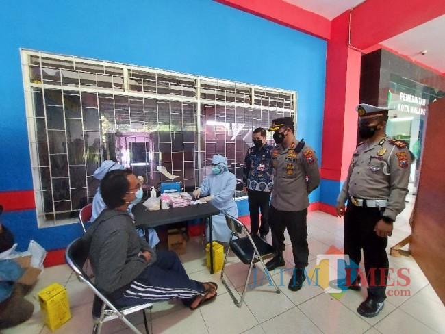 Kapolresta Malang Kota AKBP Budi Hermanto saat memantau pelaksanaan vaksinasi.