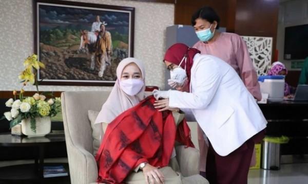 Kepala Dinkes Kota Batu drg Kartika Trisulandari saat mendapatkan vaksin oleh tenaga kesehatan di lantai 5 Balai Kota Among Tani.