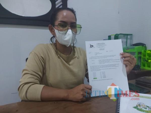 Komisaris CV Dewa Jaya Artha Vira Hayu Wulandari saat menunjukkan bukti laporan invoice untuk suplai barang ke The Nine House, Jumat (25/6/2021). (Foto: Tubagus Achmad/MalangTIMES)