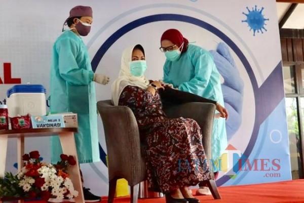 Tenaga kesehatan saat menyuntikkan vaksin kepada Wlai Kota Batu Dewanti Rumpoko di Rumah Dinas Wali Kota Batu.