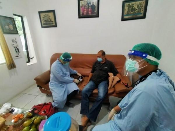 Ilustrasi tenaga kesehatan saat melakukan evakuasi terhadap masyarakat yang terkonfirmasi positif Covid-19. (Foto: PSC Kota Malang)