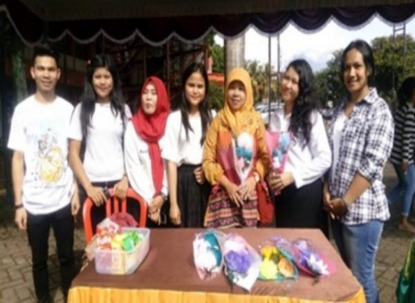 Mahasiswa Prodi Pendidikan Ekonomi yang melakukan praktik Bazar Kewirausahaan (Ist)