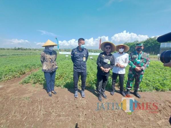 Menteri Pertanian Syahrul Yasin Limpo (tiga dari kiri) usai melakukan peninjauan di IP2TP Muneng, Kabupaten Probolinggo, Sabtu (26/6/2021). (Foto: Tubagus Achmad/MalangTIMES)