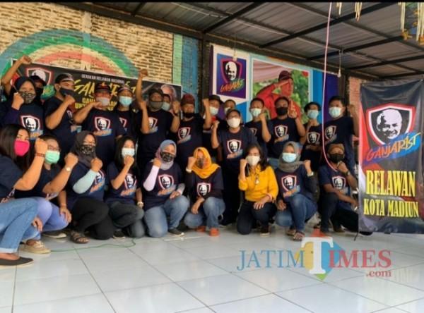 Relawan Ganjarist Madiun dan Magetan seusai melaksanakan Deklarasi dan pernyataan sikap di HR Cafe Madiun