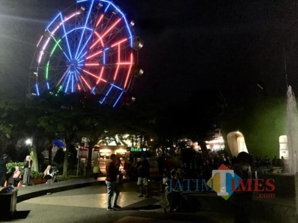 Suasana malam di Alun-Alun Kota Batu. (Foto: Irsya Richa/MalangTIMES)