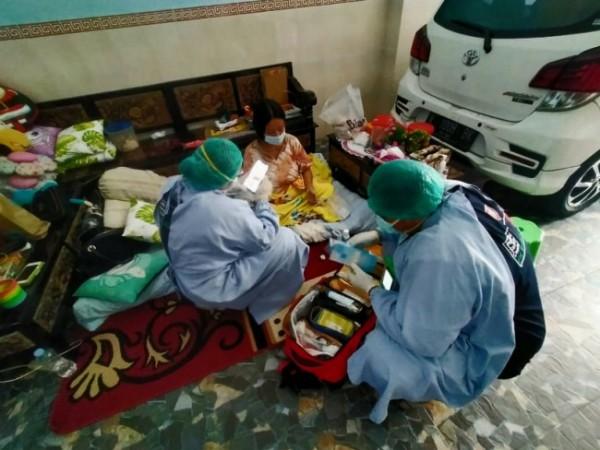 Tenaga kesehatan dari PSC Kota Malang ketika melakukan evakuasi terhadap masyarakat yang terkonfirmasi positif Covid-19. (Foto: PSC Kota Malang)
