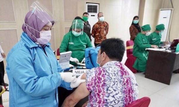 Tenaga kesehatan saat memvaksin aparatur sipil negera di Graha Pancasila Balai Kota Among Tani beberapa saat lalu.