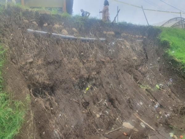 Kondisi tanah longsor di Jl Besta RT 03 RW 16, Dusun Junggo, Desa Tulungrejo, Kecamatan Bumiaji. (Foto: istimewa)