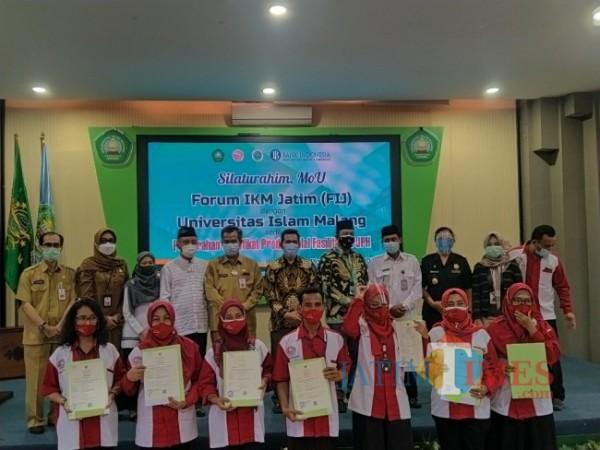 Penyerahan sertifikat halal kepada para pelaku IKM di Malang. (Anggara Sudiongko/MalangTIMES)