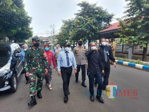 Jajaran Forpimda Kota Malang saat melakukan peninjauan Rusunawa UB di kawasan Dieng untuk dialihfungsikan sebagai safe house, Selasa (29/6/2021). (Foto: Tubagus Achmad/MalangTIMES)