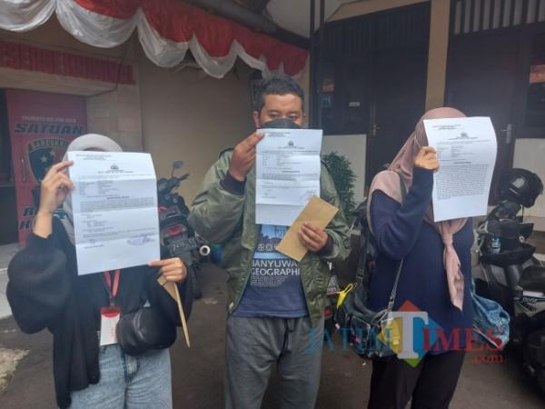 Ketiga korban asal Kota Malang yang telah membuat aduan ke Polresta Malang Kota terkait arisan fiktif, Senin (28/6/2021). (Foto: Tubagus Achmad/MalangTIMES)